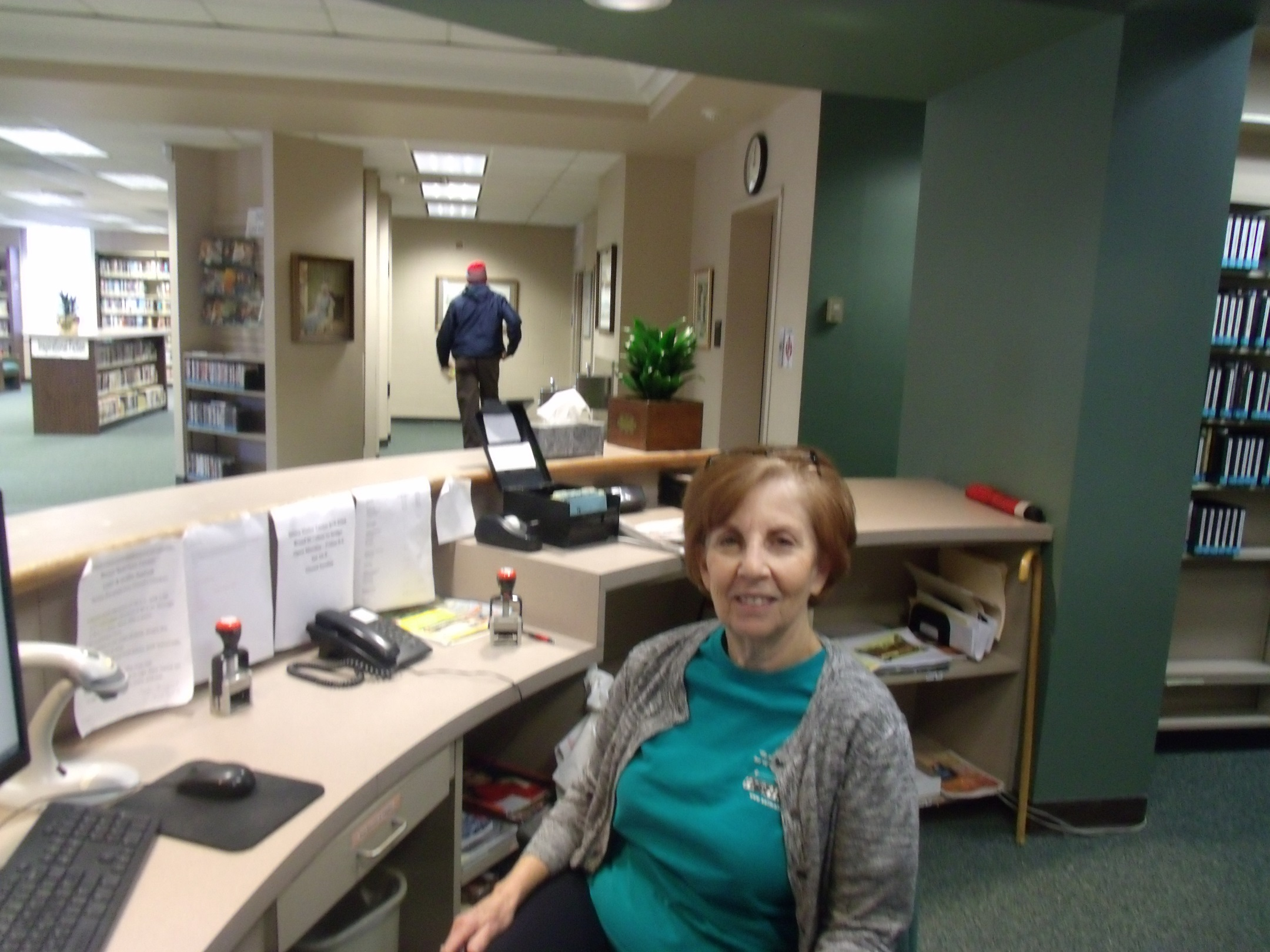 Joanie Looney : Front Desk